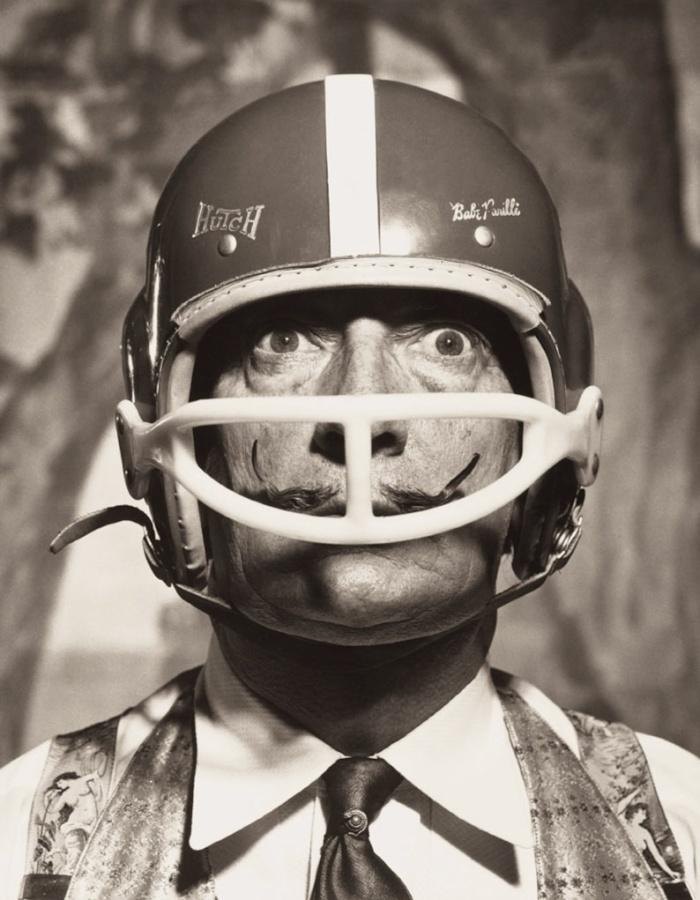 17_portrait_de_salvador_dal__avec_casque_de_footballeur_am_ricain__1964-web